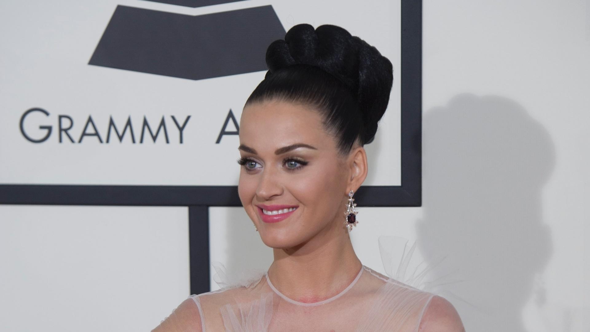 26.jan.2014 - Katy Perry apareceu com um vestido clean e cabelo bem arrumado no tapete vermelho da 56ª edição dos prêmios Grammy, em Los Angeles