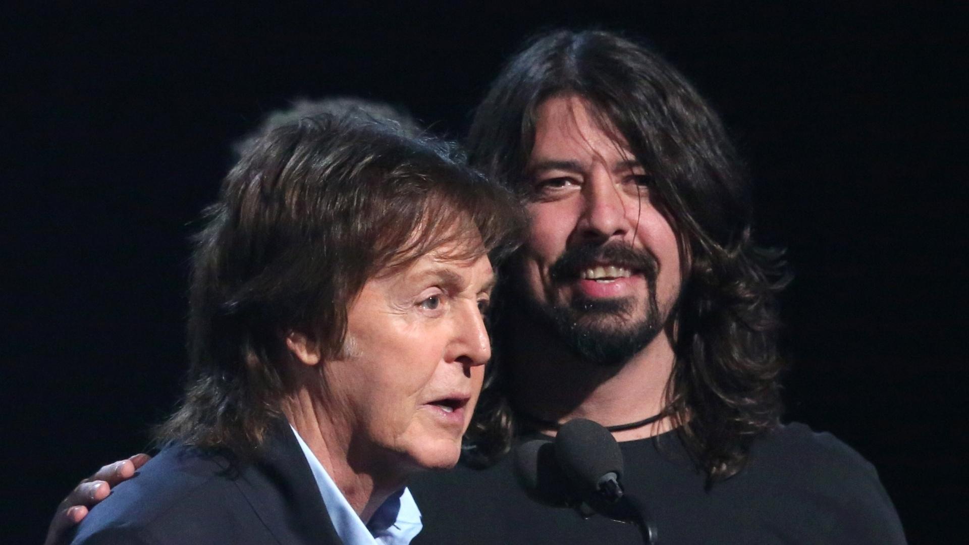 26.jan.2014 - Paul McCartney sobe ao palco do Grammy junto aos ex-integrantes do Nirvana Dave Grohl, Krist Novoselic, Pat Smear para receber o prêmio de melhor canção de rock por