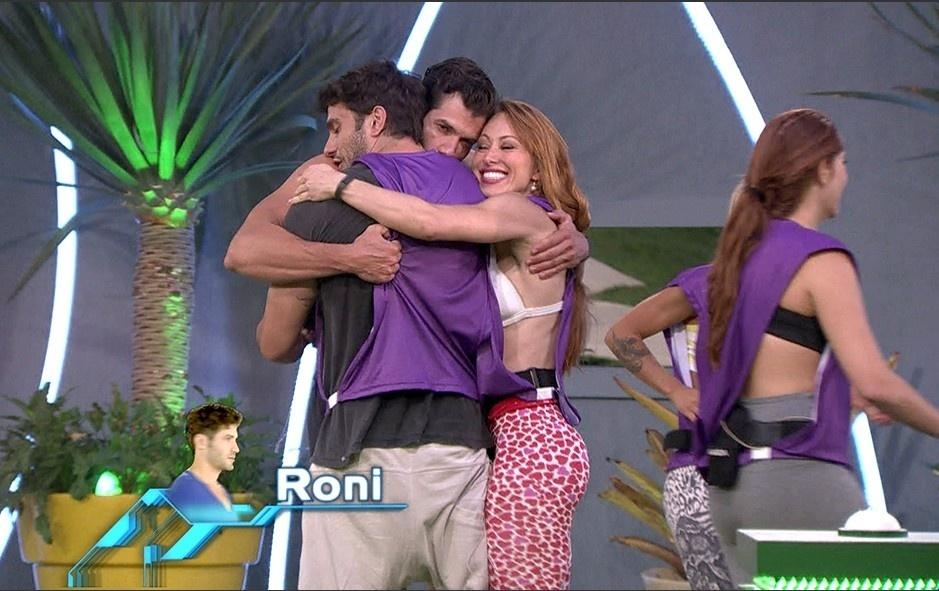 26.jan.2014 - Roni comemora liderança com Junior e Aline