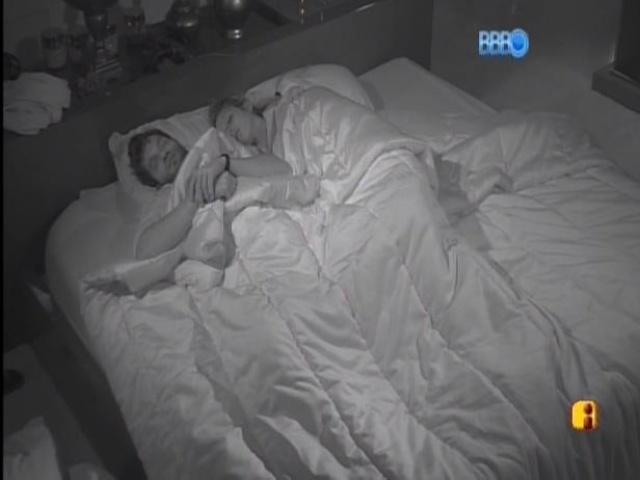 27.jan.2014 - Roni e Tatiele dormem no quarto do líder