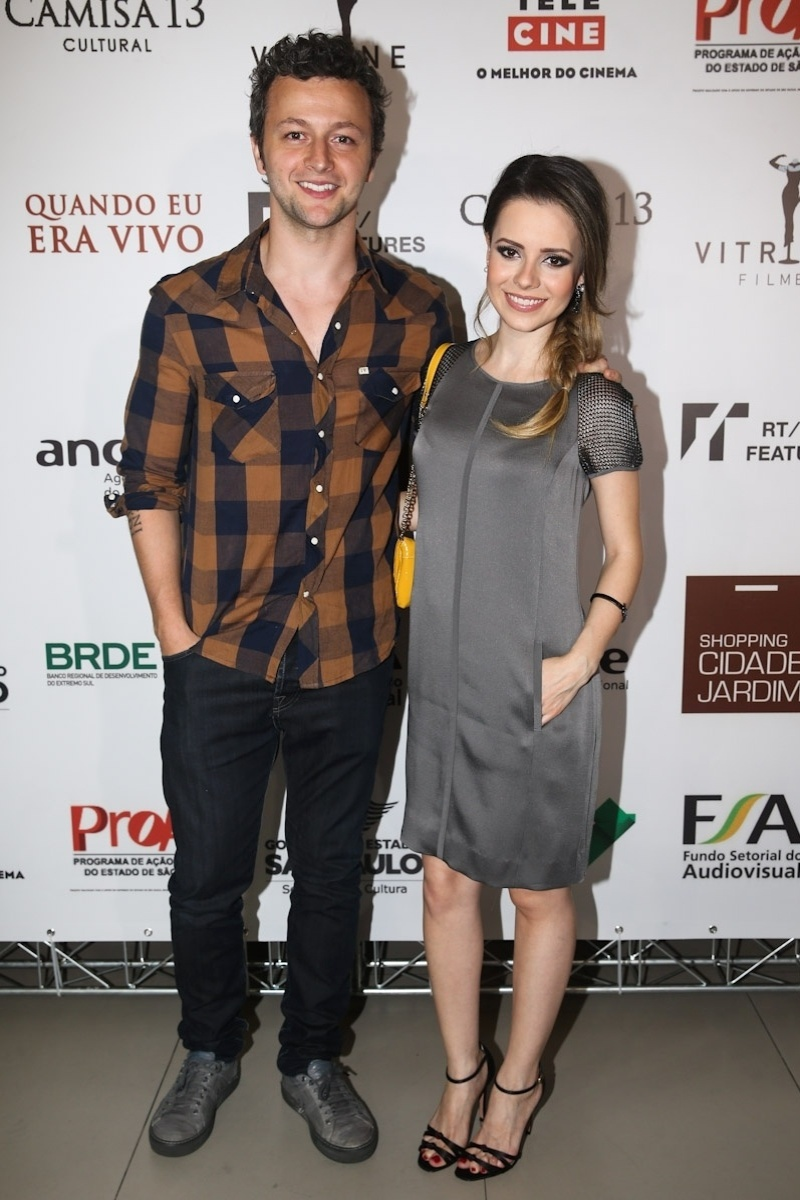 27.jan.2014 - Acompanhada do marido, Lucas Lima, Sandy prestigiou a pré-estreia do filme