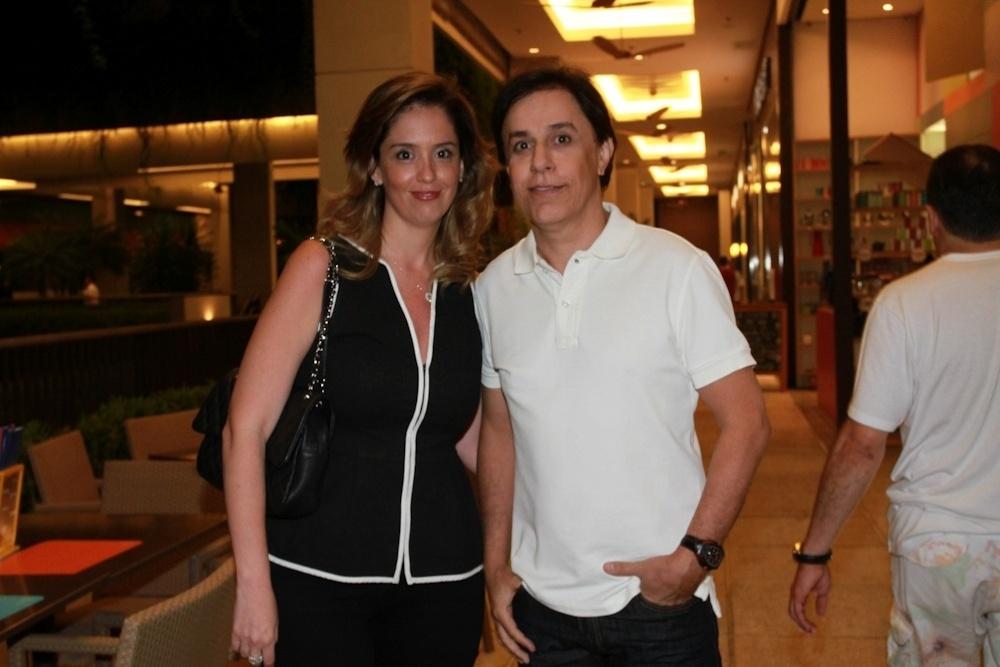 27.jan.2014 - Acompanhado da mulher, Patrícia, Tom Cavalcante prestigiou a pré-estreia do filme