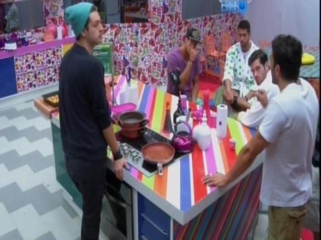27.jan.2014 - Cássio, Valter, Junior, Roni e Diego conversam na cozinha