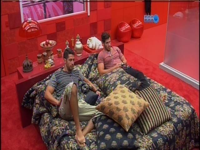 27.jan.2014 - Marcelo e Roni conversam no quarto do líder sobre as meninas da casa.