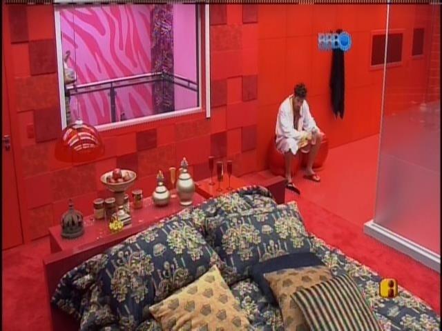 27.jan.2014 - No quarto do líder, Roni também sai da cama