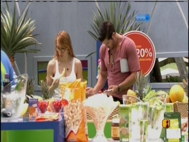 27.jan.2014 - Roni e Aline vão fazer as compras do grupo roxo
