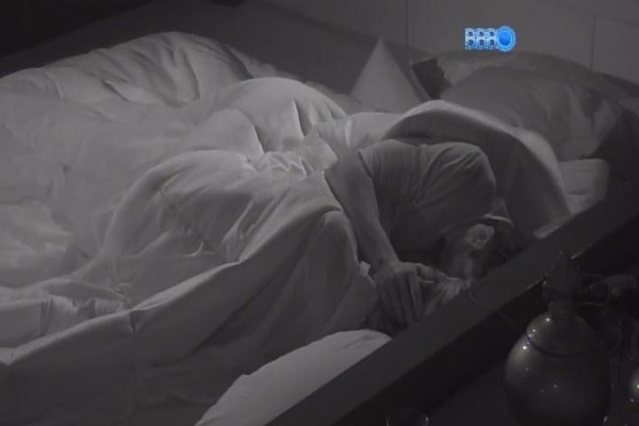 27.jan.2014 - Roni e Tatiele namoram debaixo do edredom com muitos beijinhos. O modelo inaugurou o Quarto do Líder após vitória em prova realizada ao vivo no programa