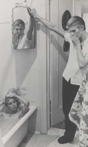 """Colagem feita por Bowie a partir de stills do vídeo de """"The Man Who Fell to Earth"""". A exposição David Bowie fica em cartaz no MIS (Museu da Imagem e do Som) de 31 de janeiro a 20 de abril de 2014."""