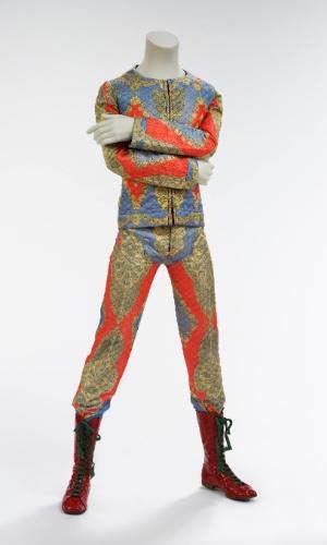 Conjunto em matelassê de 1972, desenhado por Freddie Burretti. A exposição David Bowie fica em cartaz no MIS (Museu da Imagem e do Som) de 31 de janeiro a 20 de abril de 2014.