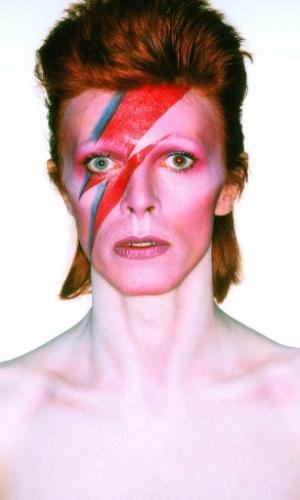 """Foto de capa do álbum """"Aladdin Sane"""". A exposição David Bowie fica em cartaz no MIS (Museu da Imagem e do Som) de 31 de janeiro a 20 de abril de 2014."""