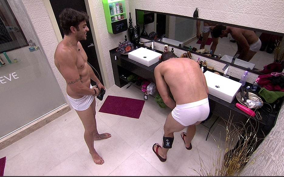 jan.2014 - Junior e Roni conversam no banheiro de sunga