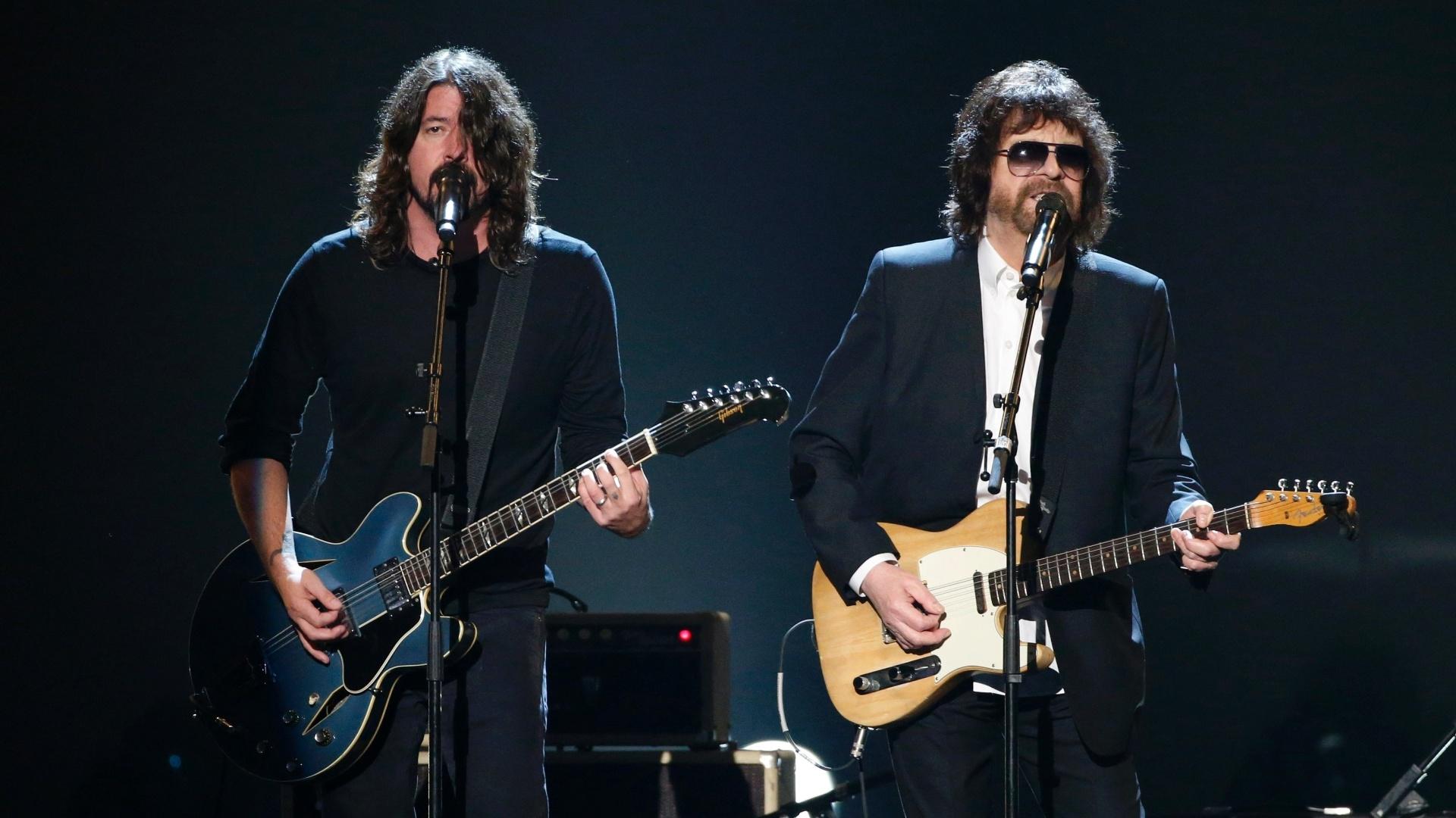 27.jan.2014 - O vocalista do Foo Fighters, Dave Grohl, e Jeff Lynne participam da gravação do especial