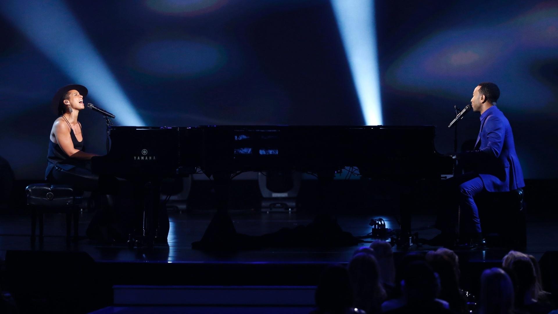 27.jan.2014 - A cantora Alicia Keys e o cantor John Legend participam da gravação do especial