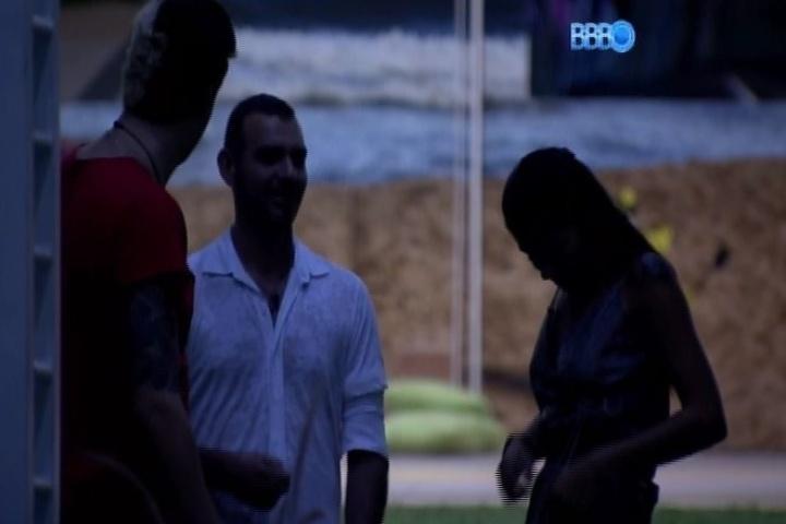 28.jan.2014 - À meia-luz, os três emparedados da noite, Vagner, Fran e Cássio, se reúnem no jardim da mansão