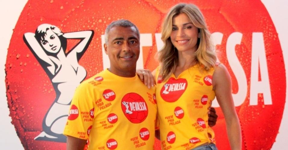 28.jan.2014 - Ao lado de Romário, Grazi Massafera é musa do camarote de cerveja do Rio. O ex-jogador será também garoto-propaganda do espaço