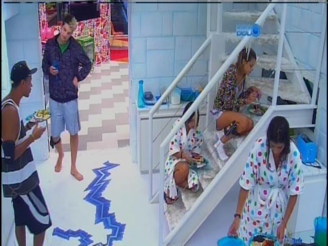 28.jan.2014 - Na Sibéria, Valter almoça em pé e Angela e Leticia comem sentadas na escada