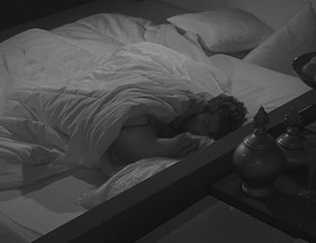28.jan.2014 - Roni e Tatiele movimentam edredon