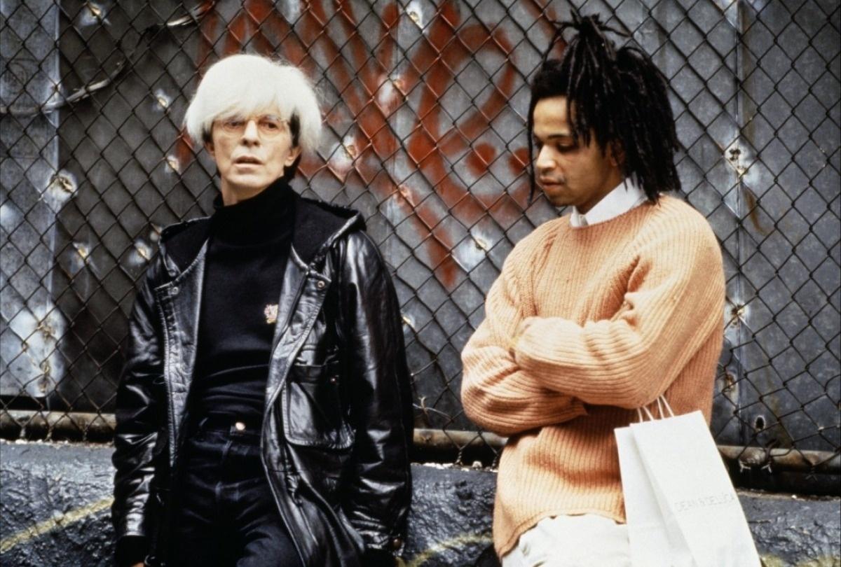 Basquiat - Traços de Uma Vida (Dir.: Julian Schnabel, 1996) - Bowie sempre teve uma admiração profunda por Andy Warhol. No filme sobre outro artista, Jean Michel Basquiat, o cantor foi escolhido para o papel e teve a sorte (ou o azar) de usar as perucas verdadeiras de Andy. A semelhança é assustadora.
