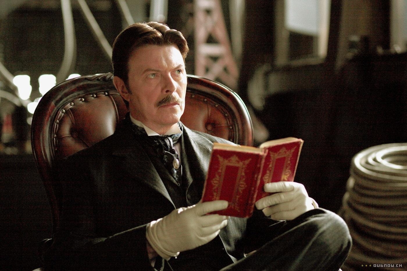 O Grande Truque (Dir.: Christopher Nolan, 2006) - O cantor deve ter ficado com trauma do cinema. Após seis anos longe de uma filmagem, Bowie foi convidado para fazer o papel do único personagem de verdade no filme de Nolan, o inventor croata Nikola Tesla. Seu papel é importante e bem interpretado
