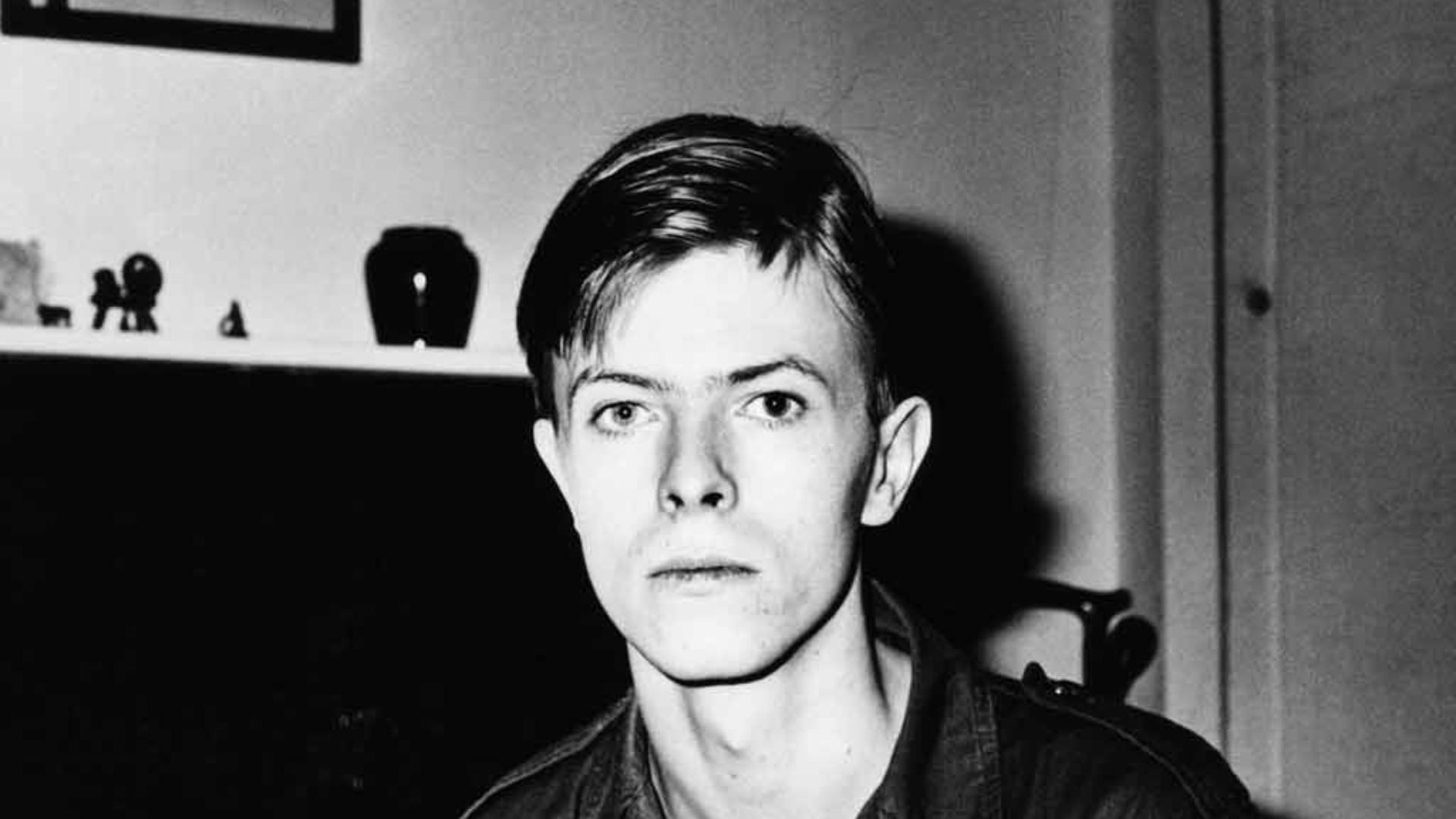 Os Soldados Virgens (Dir.: John Dexter, 1969) - Bowie já havia feito peças, mas seu primeiro papel dno cinema foi nesse filme britânico sobre soldados da Segunda Guerra enfrentam problemas nas trincheiras, mas também na cama, gerando situações engraçadas. Ok, nem tão engraçadas assim. Seu papel na música, em pleno lançamento de