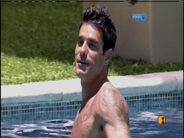 29.jan.2014 - Diego curte a piscina e conversa com Marcelo, Letícia e Tatiele