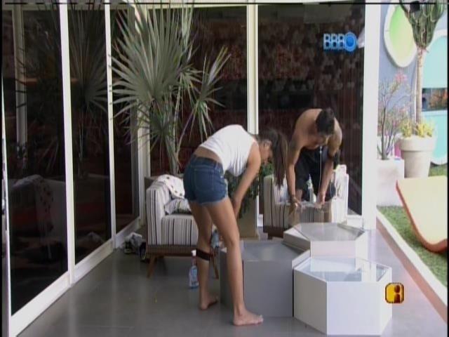 29.jan.2014 - Franciele e Diego limpam mesinha da varanda.