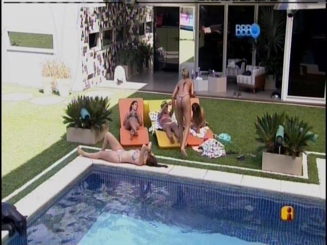29.jan.2014 - Franciele, Leticia e Angela falam sobre ex-namorados. Amanda toma sol e só escuta.