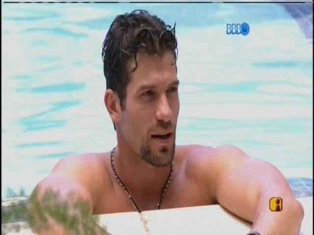 29.jan.2014 - Roni na piscina conversa com Diego