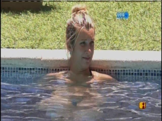29.jan.2014 - Tatiele conversa na piscina com Marcelo, Letícia e Diego