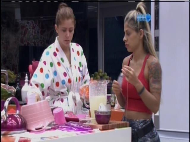 29.jan.2014 - Vanessa prepara um suco, enquanto Tatiele e Amanda cozinham na casa grande