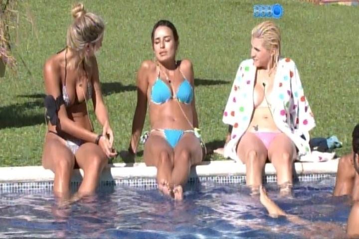 29.jan.2014: à beira da piscina, Clara, Letícia e Tatiele conversam sobre sexo e gravidez