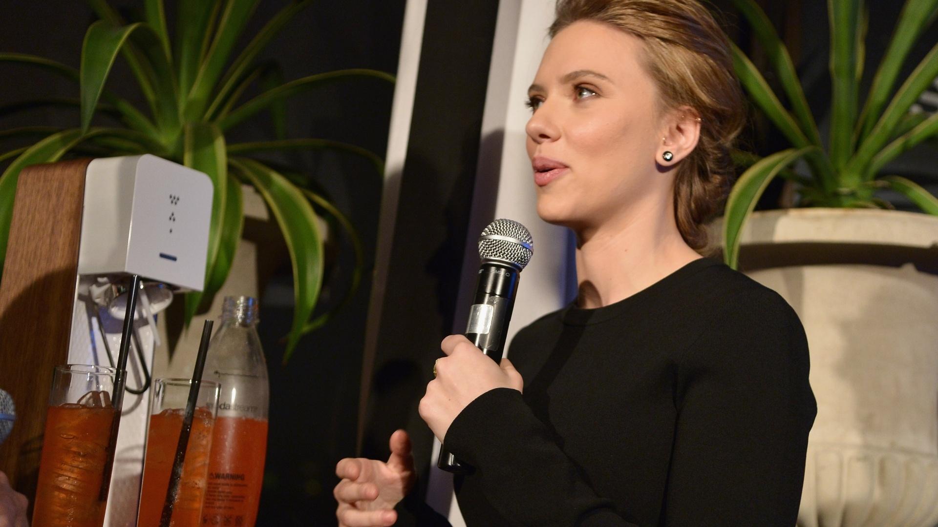 10.jan.2014 - Scarlett Johansson é apresentada como a embaixadora global da marca de refrigerantes SodaStream