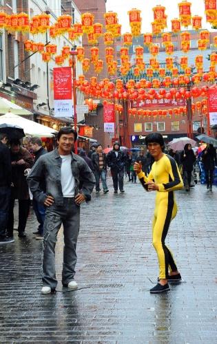 29.jan.2014 - Estátuas de cera de Jackie Chan e Bruce Lee, do famoso museu de cera Madame Tussauds, são expostas no meio de Chinatown em Londres, na Inglaterra, em comemoração ao Ano Novo Chinês