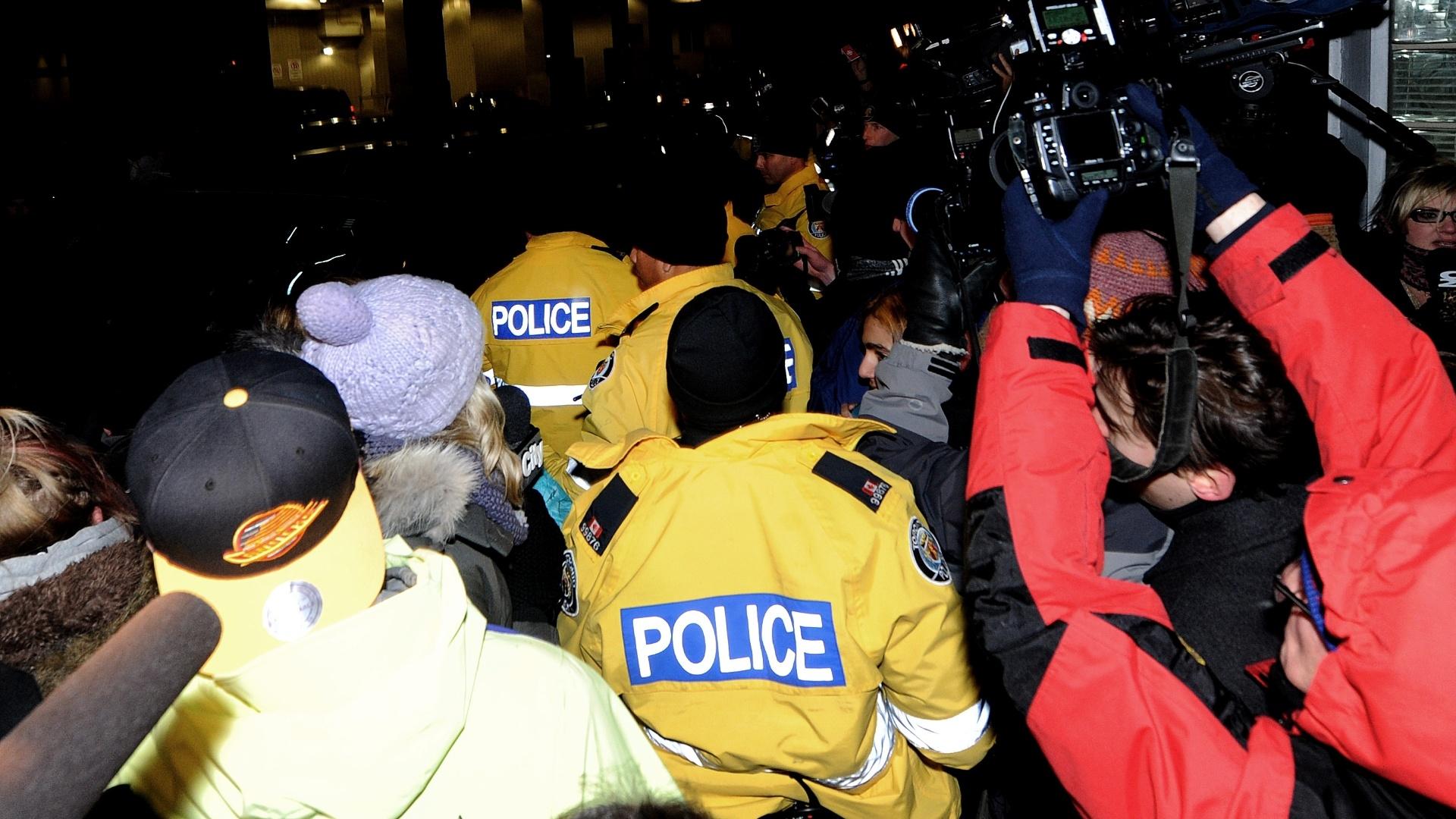 29.jan.2014 - Justin Bieber se apresenta à polícia de Toronto e provoca tumulto