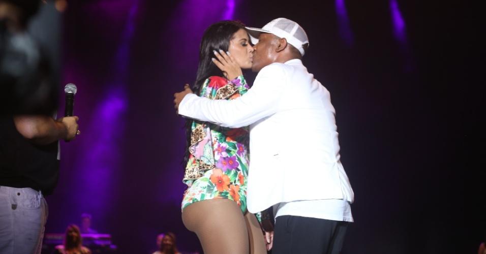 29.jan.2014 - O cantor Márcio Victor do Psirico beija dançarina do Aviões do Forró durante apresentação no Festival de Verão