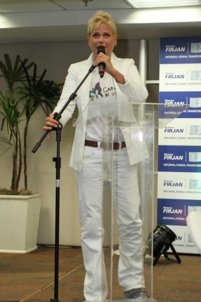 30.jan.2013 - Xuxa participou da formatura de 31 alunos do projeto