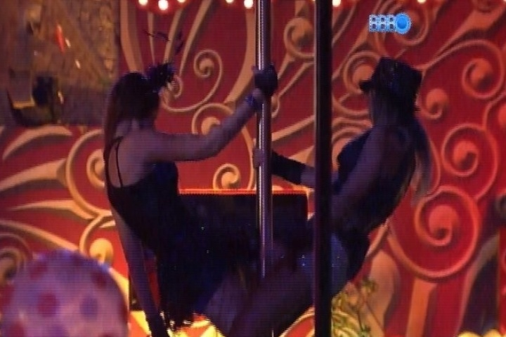 30.jan.2014 - Amanda e Letícia sensualizam no pole dance
