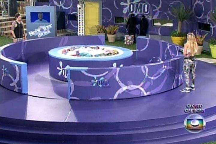30.jan.2014 - Cássio e Tatiele disputam o líder; venceria quem pegasse a última camisa branca com a marca do patrocinador
