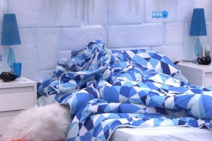 30.jan.2014 - Diego e Franciele namoram debaixo do edredom no quarto Sibéria. O casal troca carícias e o clime esquenta