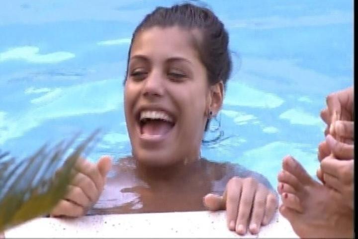 30.jan.2014 - Entre risos e gargalhadas, Franciele responde responde a sisters sobre a noite de sexo com Diego