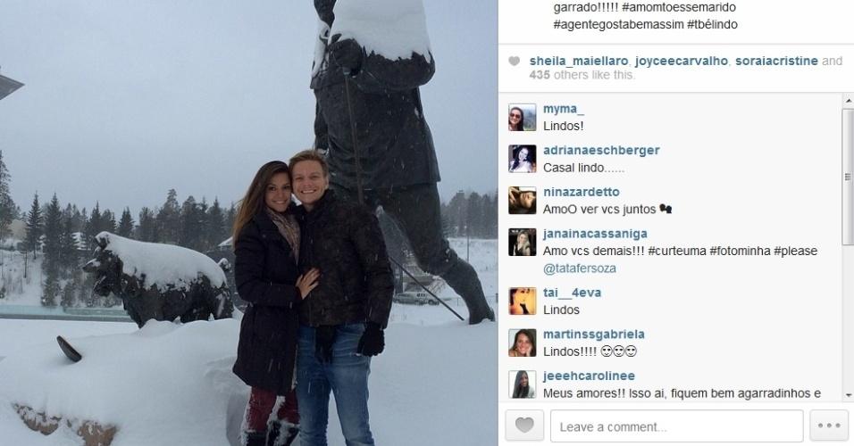 30.jan.2014 - Michel Teló e Thais Fersoza posam agarradinhos na Noruega