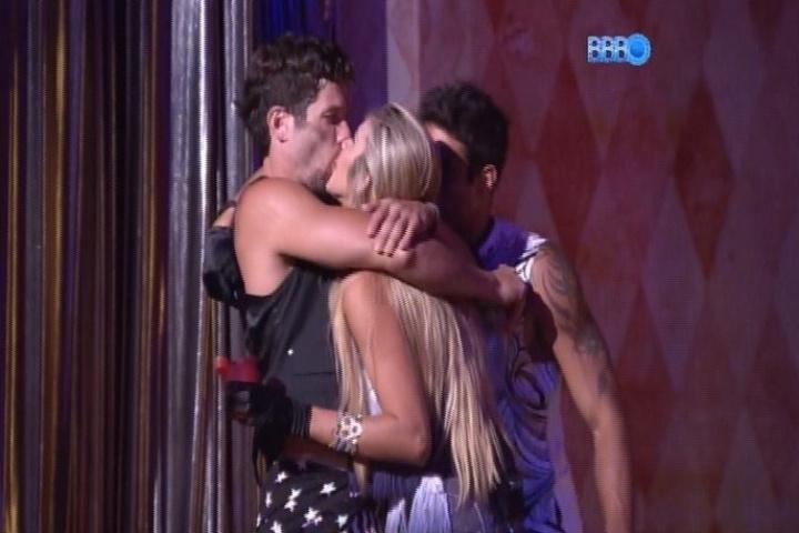 30.jan.2014 - Roni e Tatiele se beijam na festa Circo