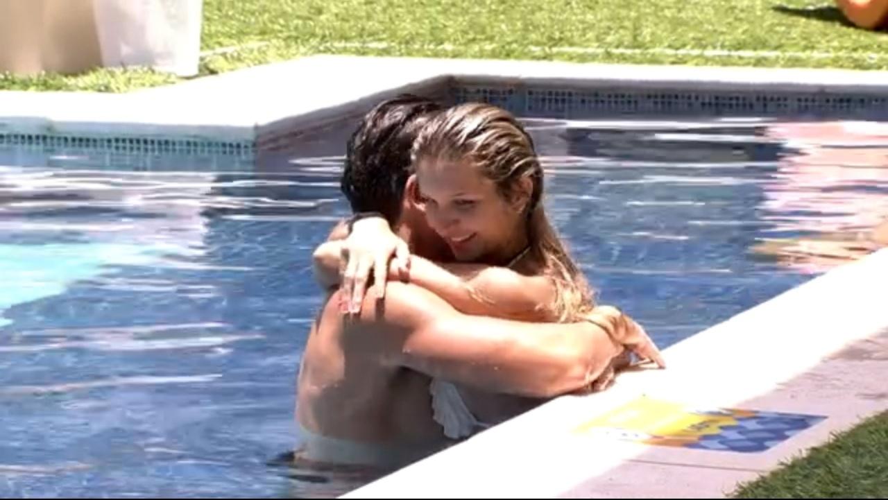 jan.2014 - Casal Tatiele e Roni trocam carícias na piscina