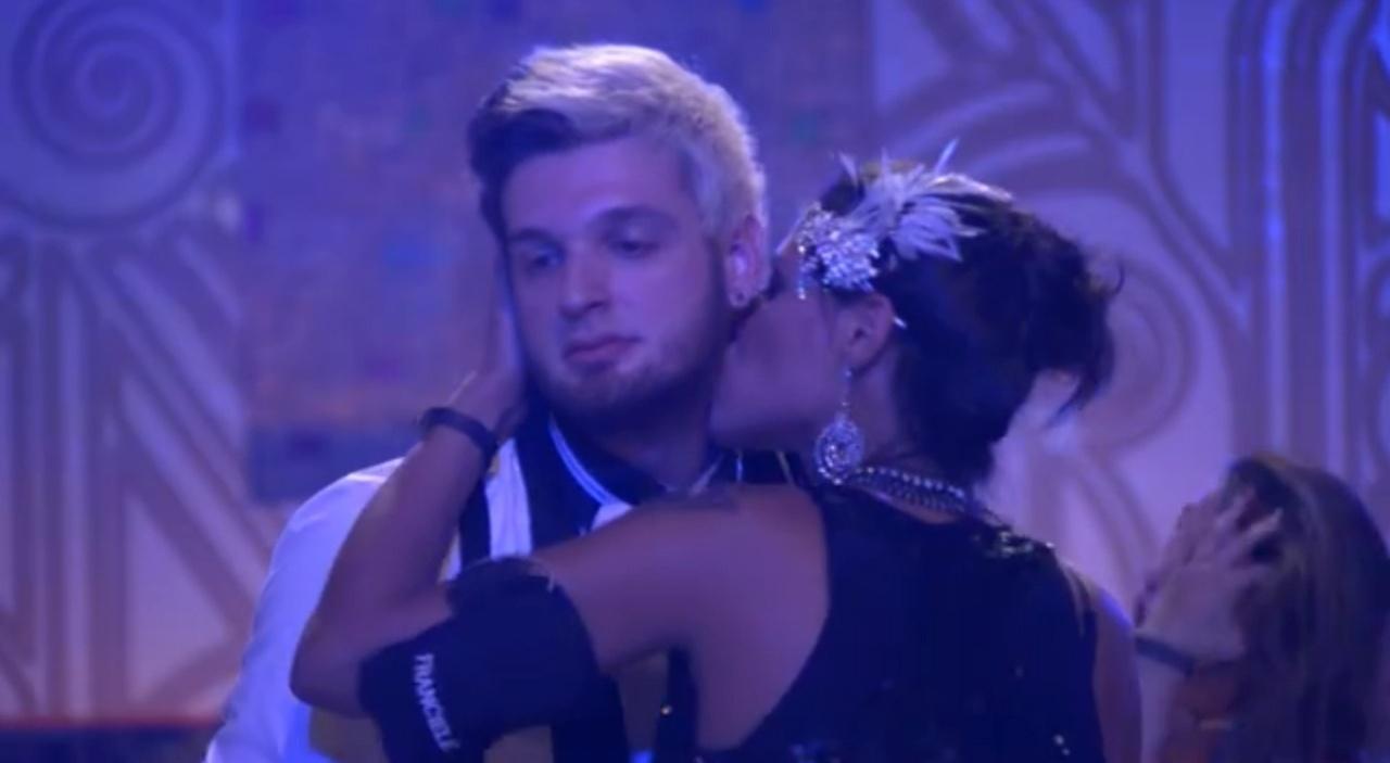 jan.2014 - Franciele beija pescoço de Cássio