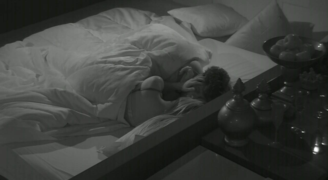 jan.2014 - Roni e Tatiele movimentam o edredom