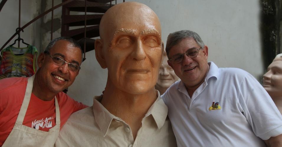 25.jan.2014 - O bonequeiro Sílvio Botelho (esq.) e o presidente do Galo da Madrugada, Rômulo Meneses, com o boneco do escritor Ariano Suassuna, homenageado do bloco