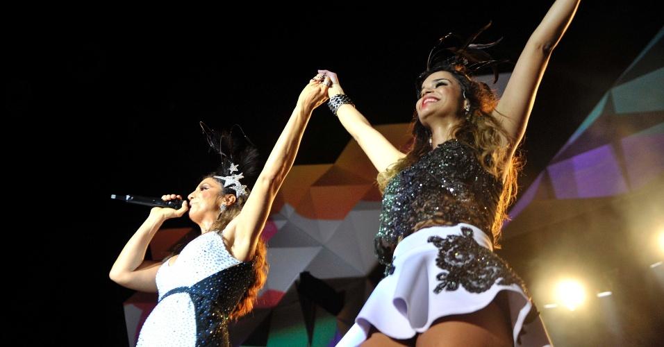 30.jan.2014 - Ivete Sangalo agita Festival de Verão de Salvador. A cantora fez dueto com Mari Antunes, vocalista da banda Babado Novo