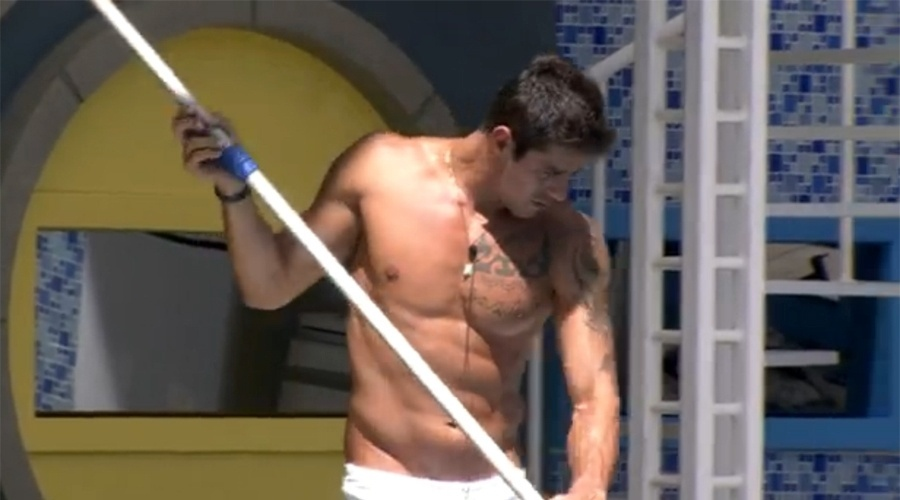 31.jan.2014 - De sunga branca, Diego limpa a piscina da casa