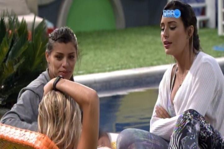31.jan.2014 - Franciele, Tatiele e Letícia conversam na área externa da casa após a prova de liderança