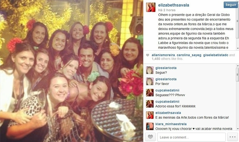 """31.jan.2014 - Globo presenteia equipe de """"Amor à Vida"""" com as flores usadas na trama por Márcia, personagem de Elizabeth Savalla. O acessório foi distribuído aos presentes no coquetel de encerramento da novela, ocorrido na última quinta (30). Elizabeth, que postou a foto em seu Instagram, disse ter ficado comovida com a homenagem"""